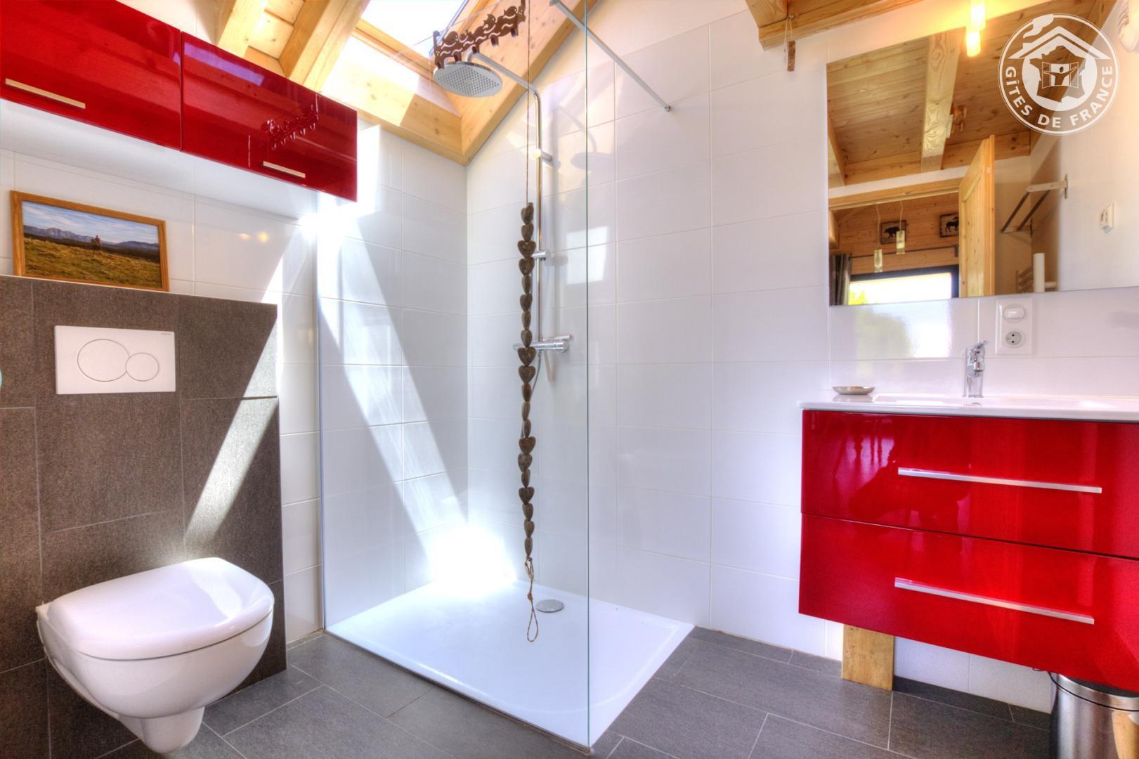 Côté Salle d'eau avec douche à l'italienne,lavabo et WC